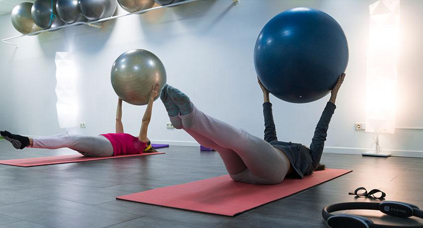 Estirar los músculos mejora la movilidad y el desempeño de las actividades físicas y diarias.