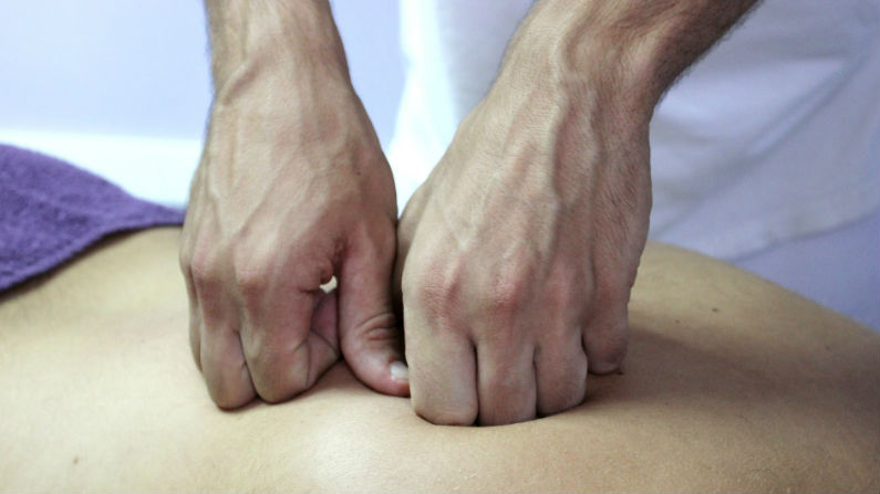 Terapia manual para frenar el dolor muscular y articular